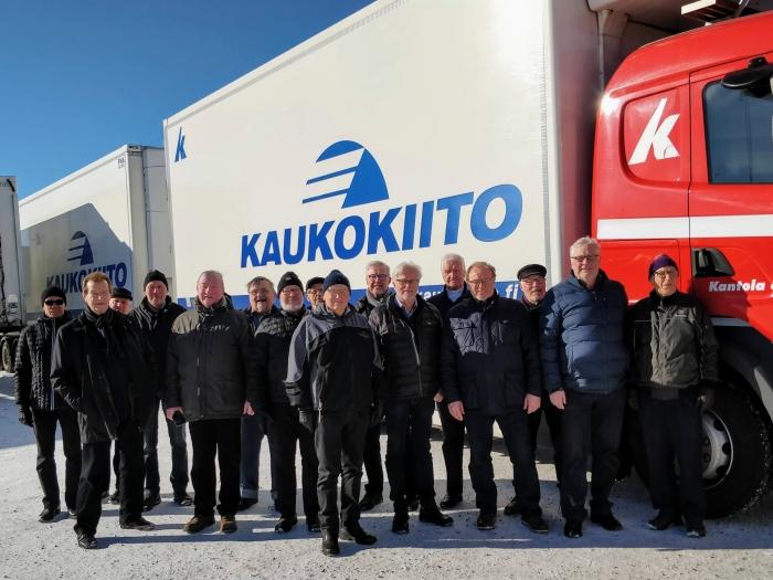 Kuvassa seniorit Kantola & Koramon Oy:n uuden HCT- rekan vierellä.